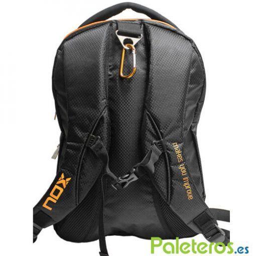Espalda de la mochila Nox negra y naranja